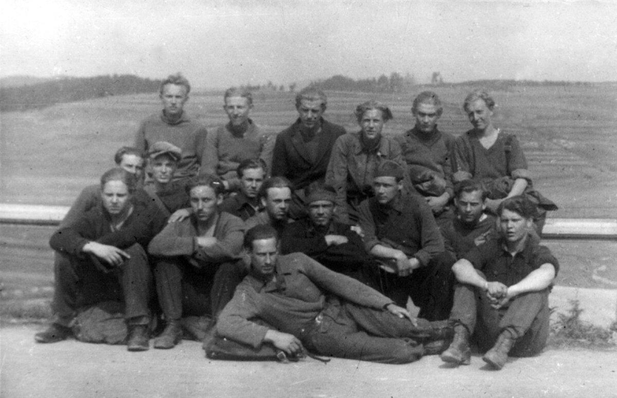 Hendrik Arro koos kaaslastega teel Poola piiri poole. Arro on pildil viimases reas vasakult teine.