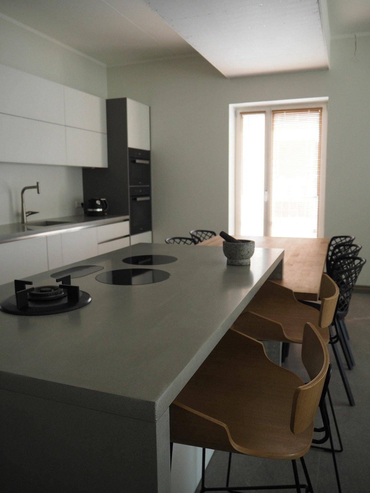 Sisekujundaja Ulvi Lõhmuse loodud köögi tööpind ja laud, teostus Made in Hyperborea.