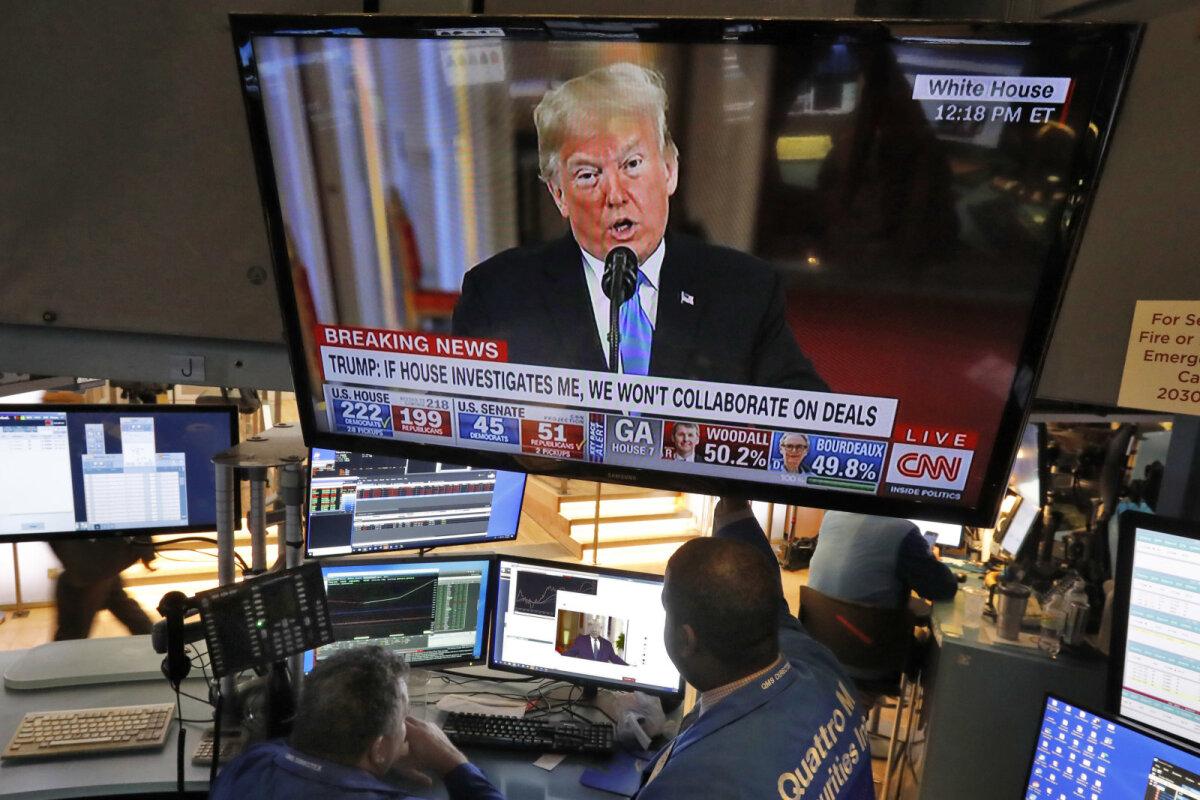 USA börsimaaklerid riigipea Donald Trumpi pressikonverentsi jälgimas.