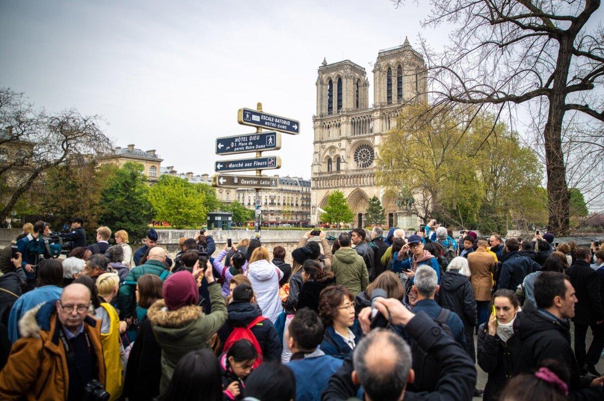 Rahvamassid kiriku ümber
