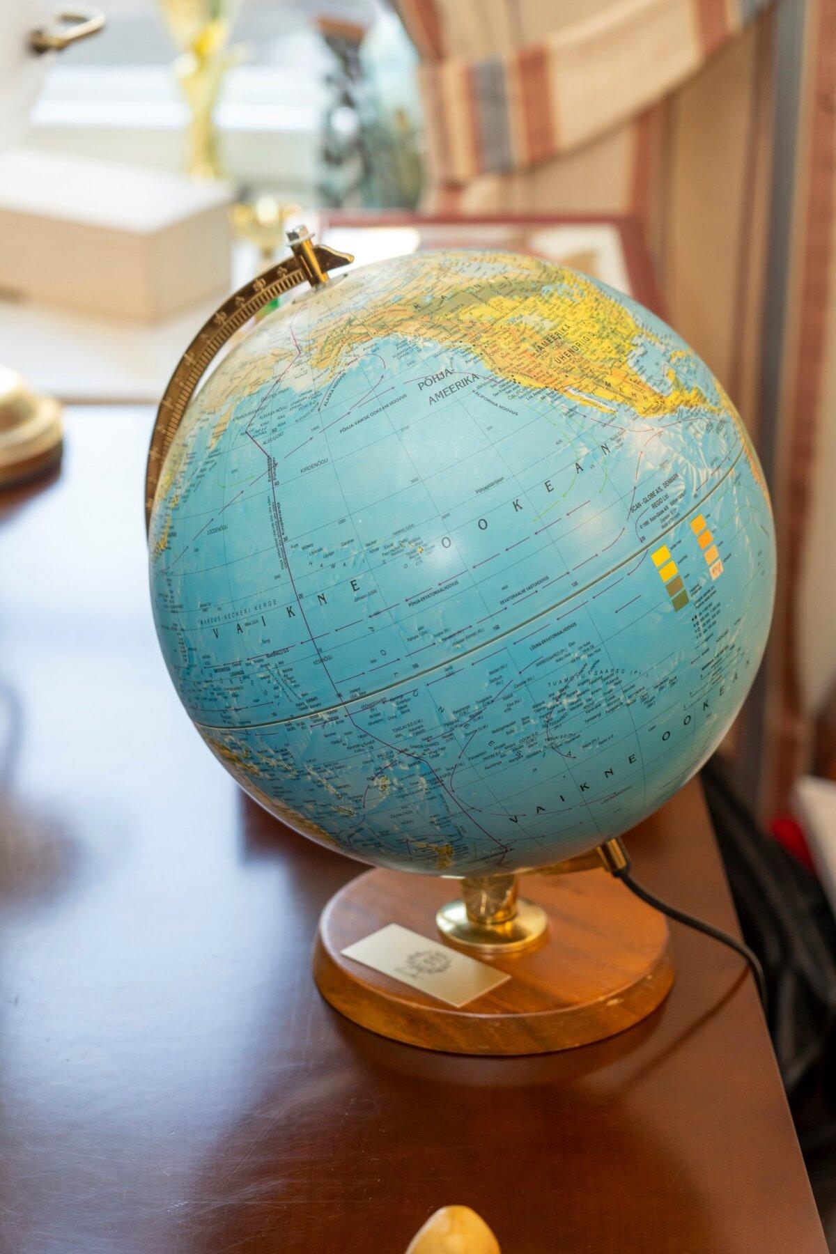 Подарок легендарного президента Райну при уходе из Кадриорга. Райн работал советником Леннарта Мери в 1994-1997 годах.