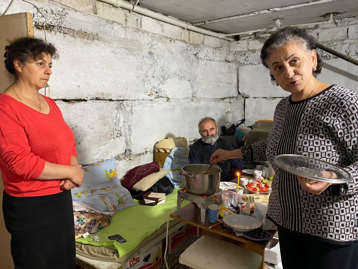 Степанакертцы вынуждены жить в подвале. Но при этом они гостепреимный народ и настоятельно приглашают за стол. На ужин - аджабсандал и плов