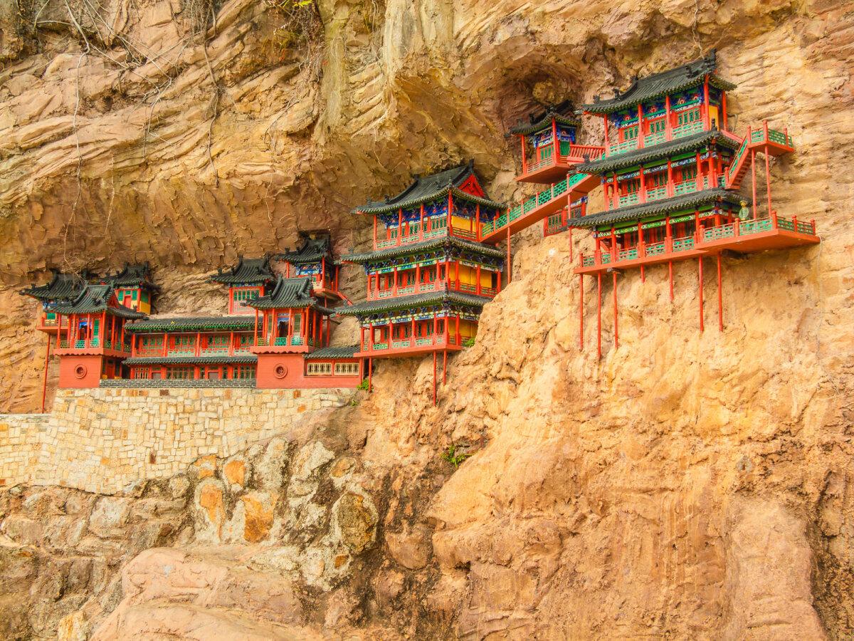 """Tempel """"ripub"""" õhus 75 meetri kõrgusel Hengi mäe küljel."""