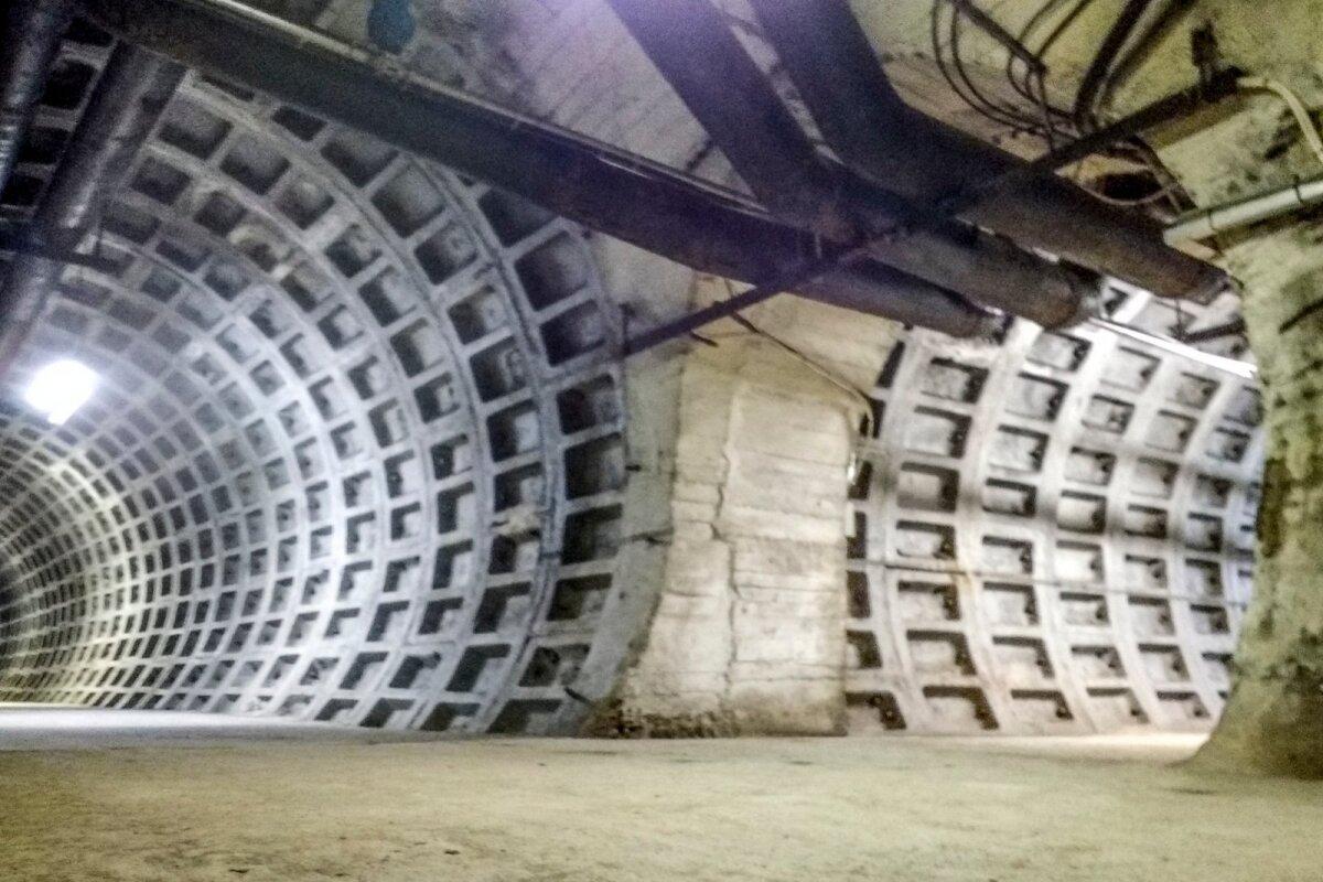 в 1960-1970-х годах ленинградские метростроевцы и военнослужащие строительных батальонов Советской Армии прорыли три тоннеля длиной 800 метров и диаметром 6 метров.