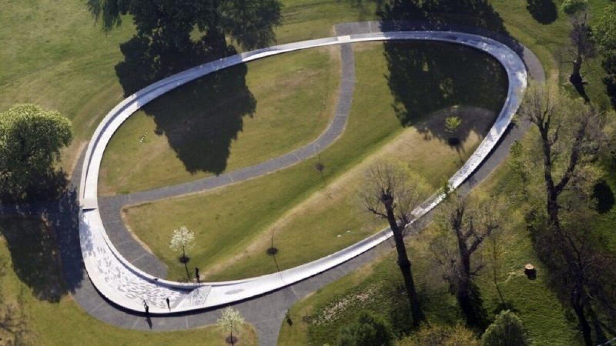 Это – официальный мемориал принцессы Дианы в лондонском Гайд-парке. Фонтан в 2004 году был открыт королевой Елизаветой II.