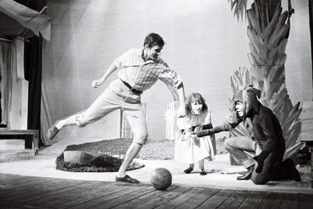 """""""VARASTATUD SIBULAD"""" (1966): Stseen M. C. Marchadu näidendist """"Varastatud sibulad"""" J. Tombi nimelise Kultuuripalee Rahvateatris, kultuuripalee massisektori instruktori rollis Lembit Ulfsak (palliga)."""