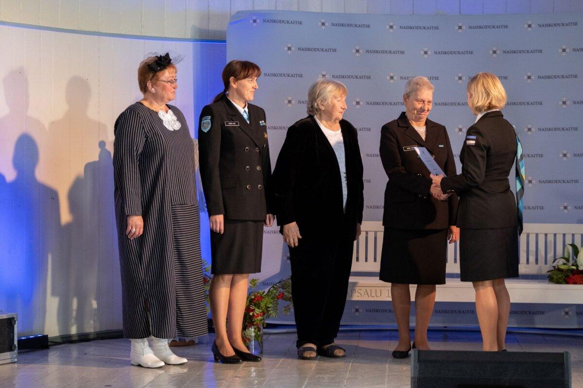 Naiskodukaitse aastapäeva tähistamisel jagati staažimärke neile, kes on osalenud organisatsiooni tegevuses enam kui 25 aastat.