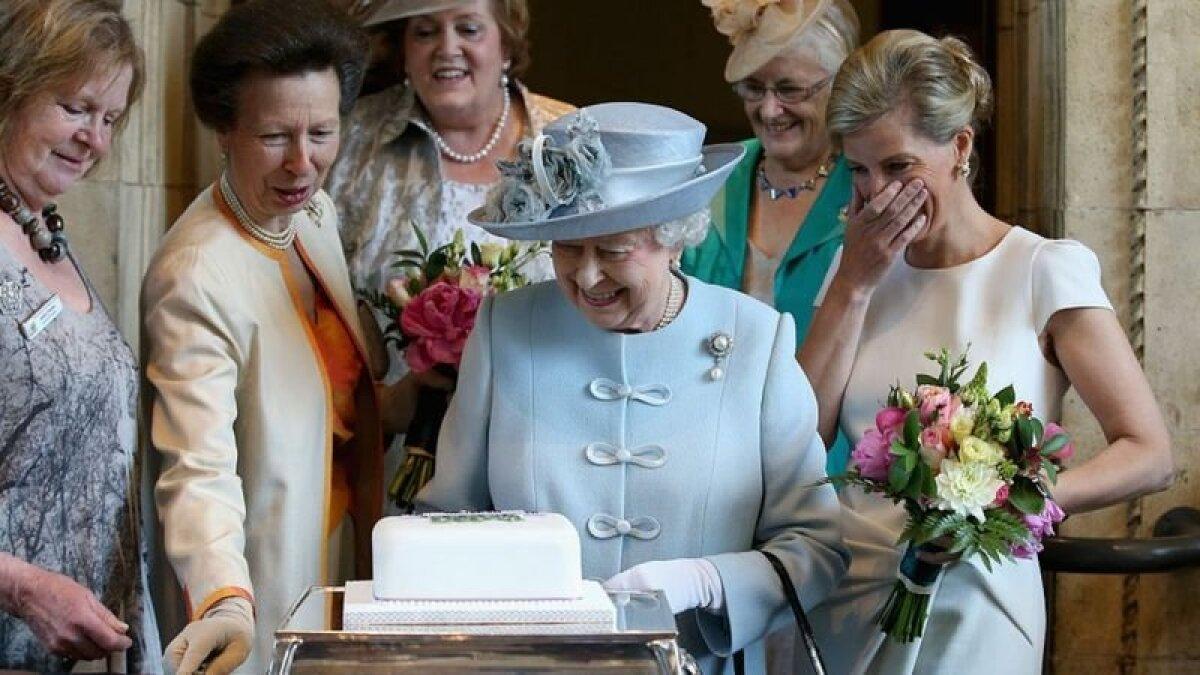 Королева с дочерью, принцессой Анной, и невесткой, графиней Уэссекской, на проздновании 100-летия Женского института. Всем дамам явно весело