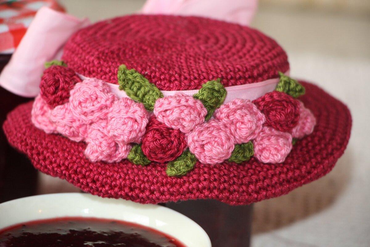 Kübar on kaunistatud pisikeste õiekestega.