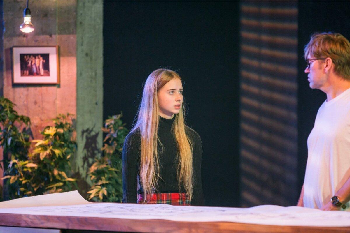 FREJA: Teismelise Aurora Aleksandra Künnapase oskus end kogenud näitlejate kõrval kehtestada avaldab muljet.
