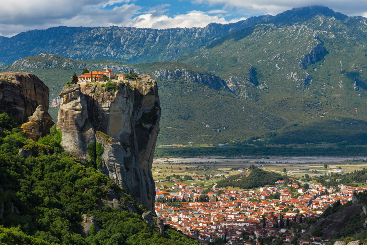 11. sajandil ehitatud hooneid iseloomustavad monoliitsed kivisambad ja mäed.