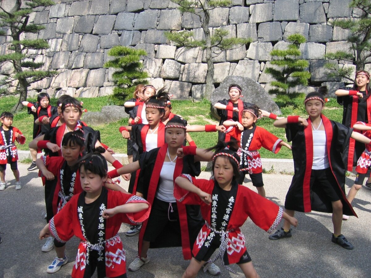 Päevane laste tantsuetendus Jaapanis Osaka kindluses