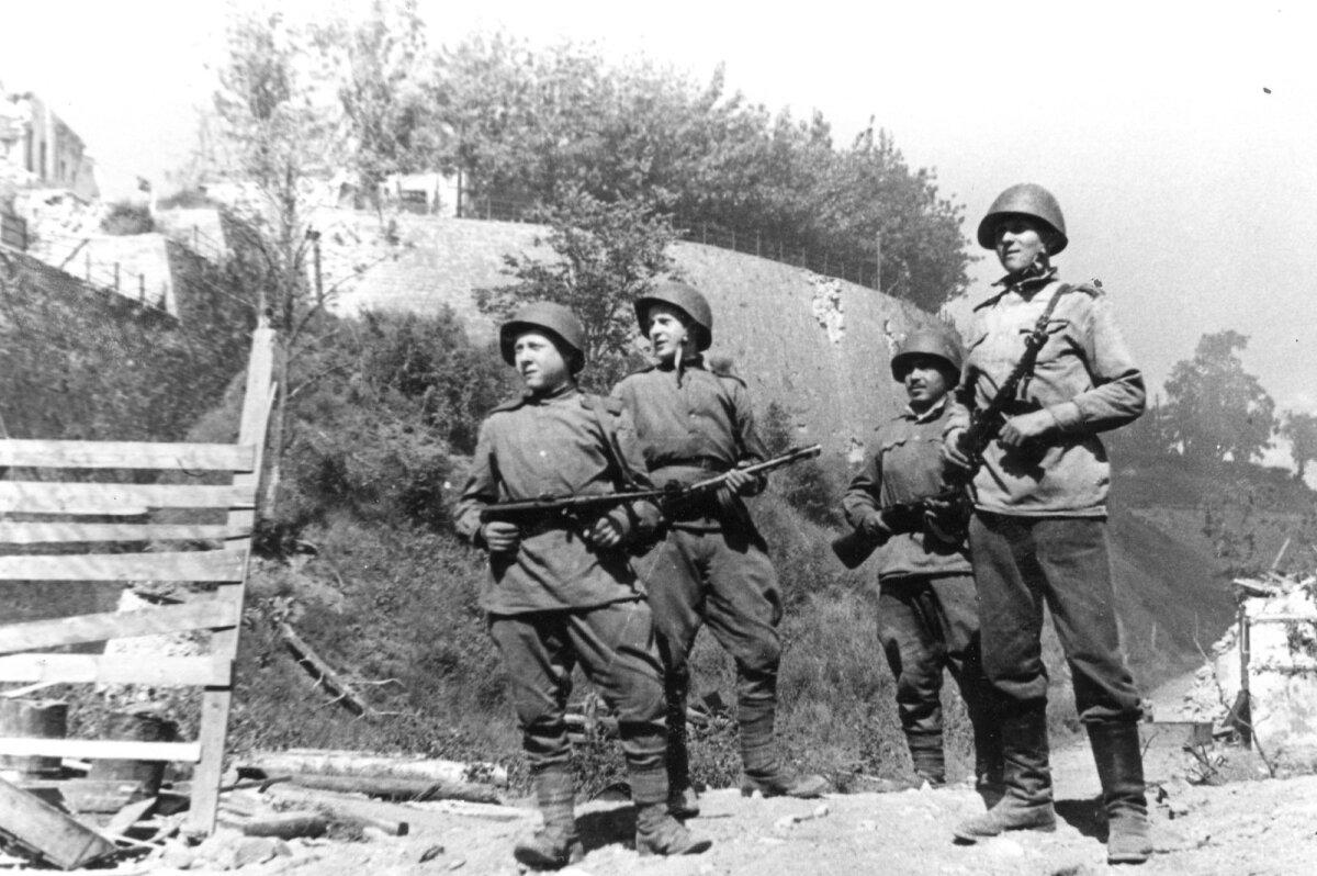 Punaarmee sõdurid Narva vallutamise järel