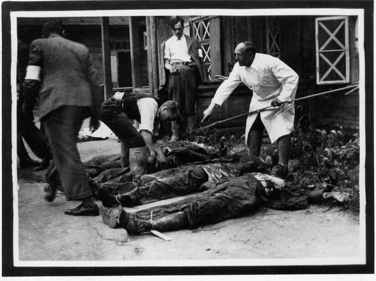 II MS. Tartu NKVD osakonna tagahoovist kuue surnukeha hauast väljakaevamine. Need inimesed tapeti 1941. aasta juulis.