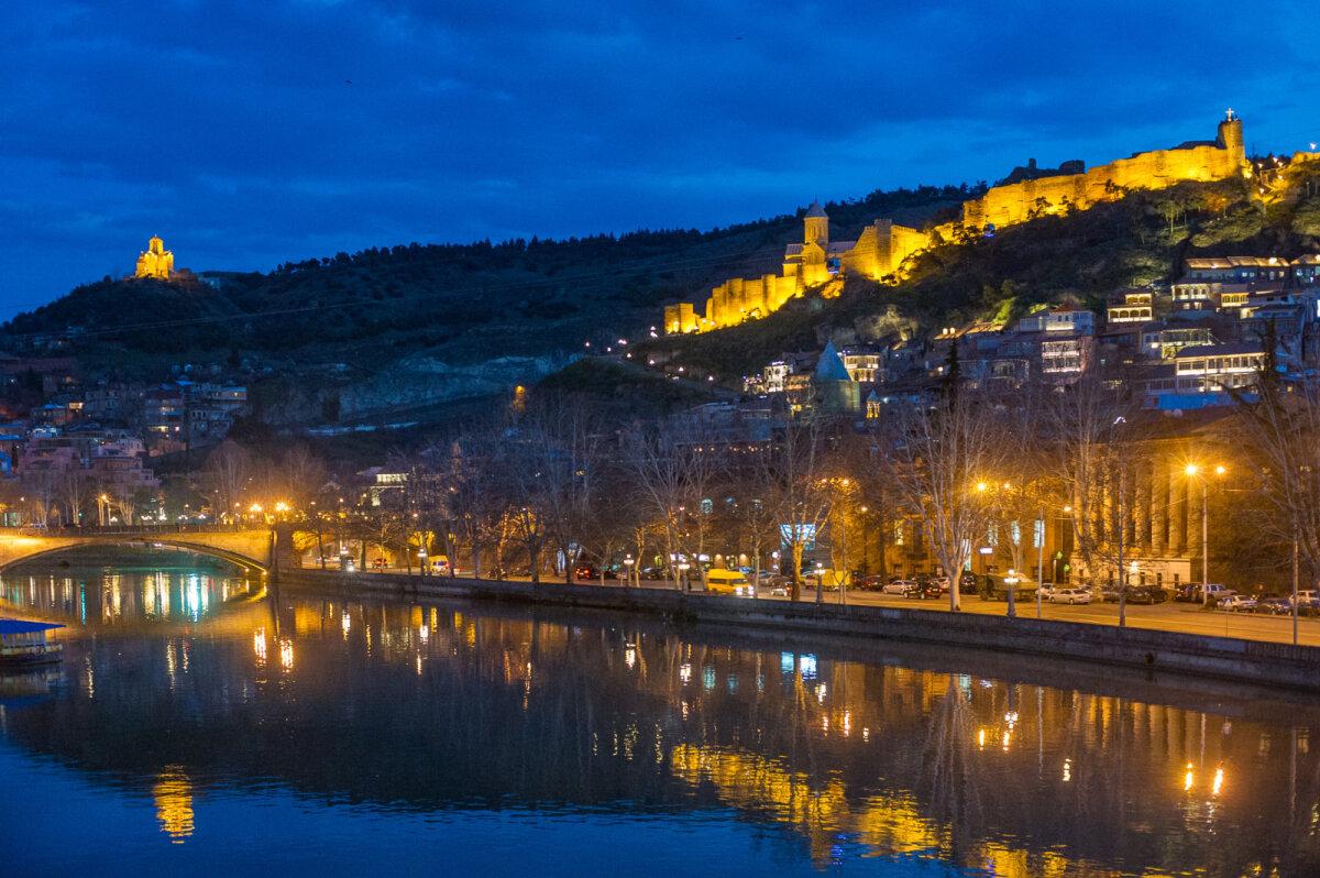 Õine vaade läbi pealinna looklevale Kura jõele.