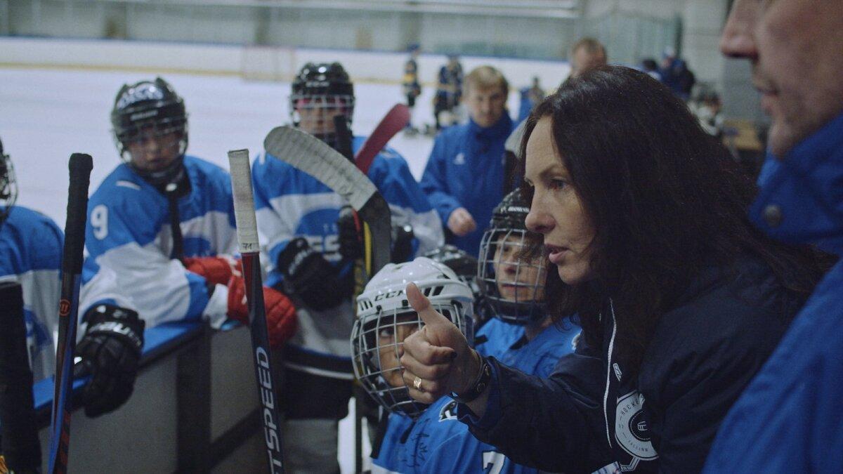 Главный тренер эстонской женской сборной по хоккею - Ингуна Лукашевица из Латвии (справа)