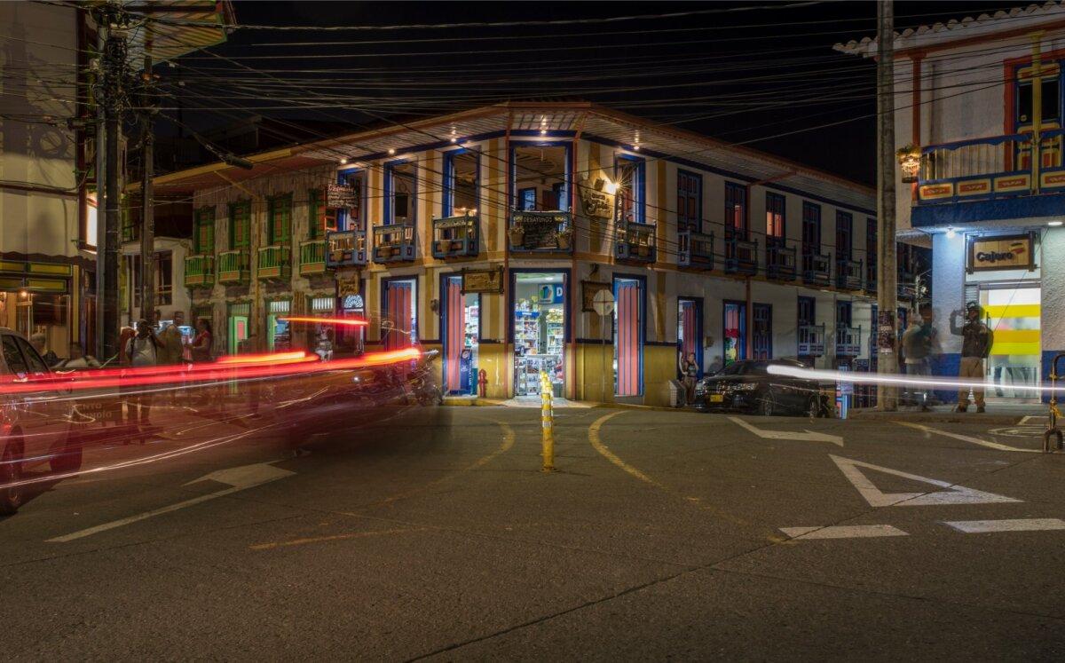 Värvika Filandia linnakese keskväljakut ääristavad kohvikud, mille akendelt saab jälgida tänavamelu.