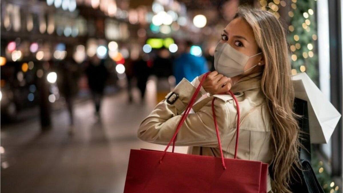 Праздничный шопинг или даже просто прогулка по улице - возможно, лучшее, что можно сделать для улучшения настроения, говорят эксперты