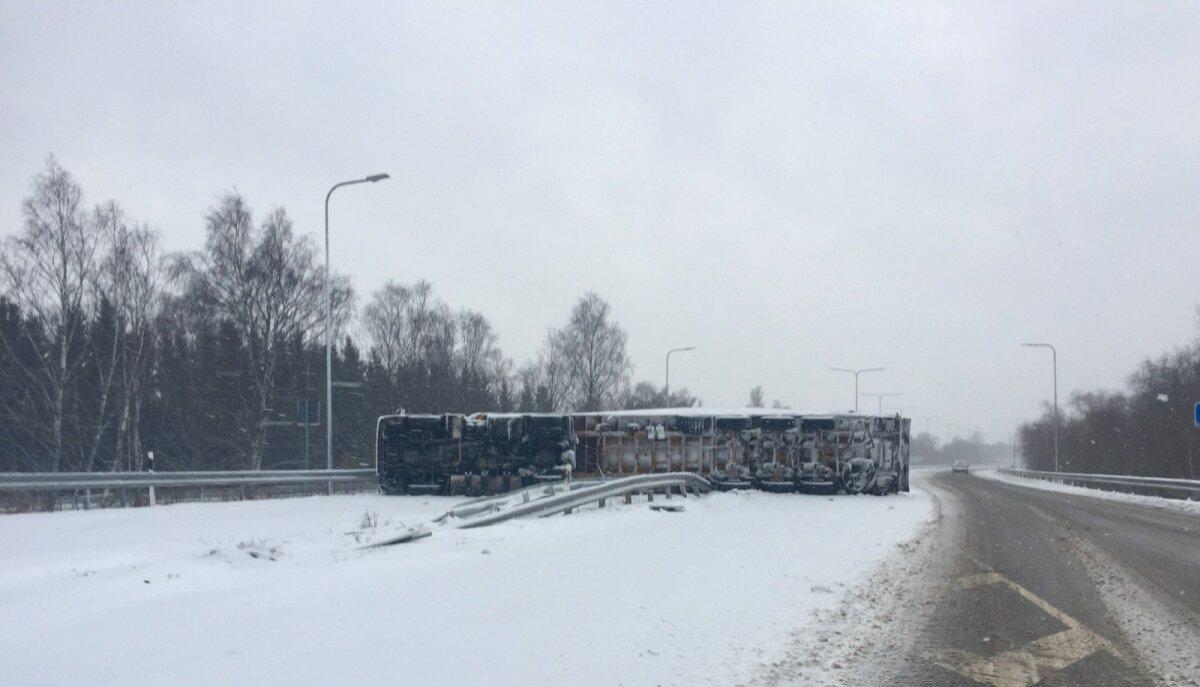 Haruteel Tallinna-Ikla maanteel on Pärnusse suunduv tee kinni, sest veok on teinud avarii ja lebab hetkel kahe sõiduraja vahel külili.