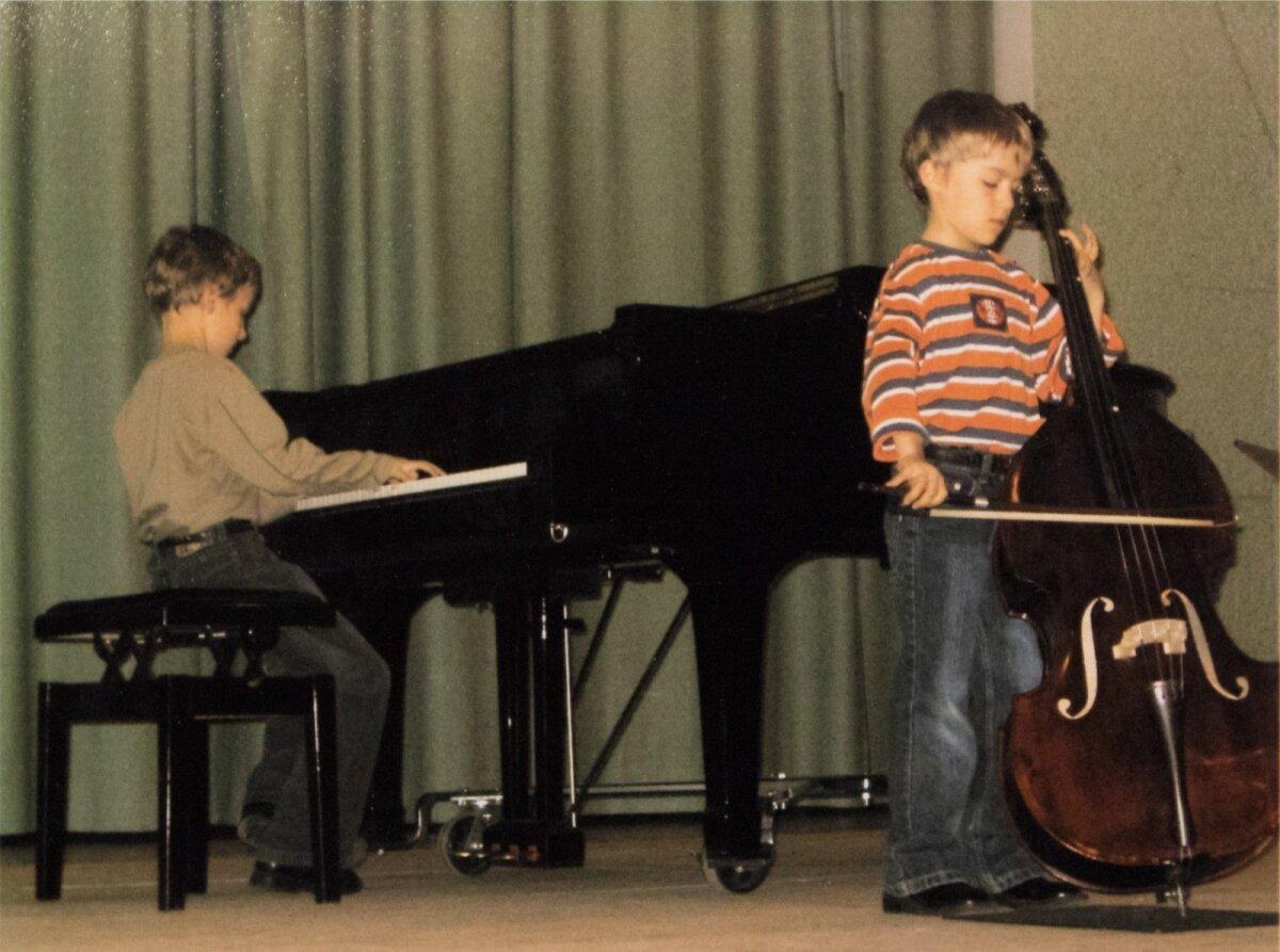 """Algselt oli poistel tükk tegemist, et koos mängida. Robert oli tempost kiiremini kontrabassi mängima hakanud ning varem lõpetanud hüüdes:""""Mina võitsin!"""". Klaveril on Christopher."""