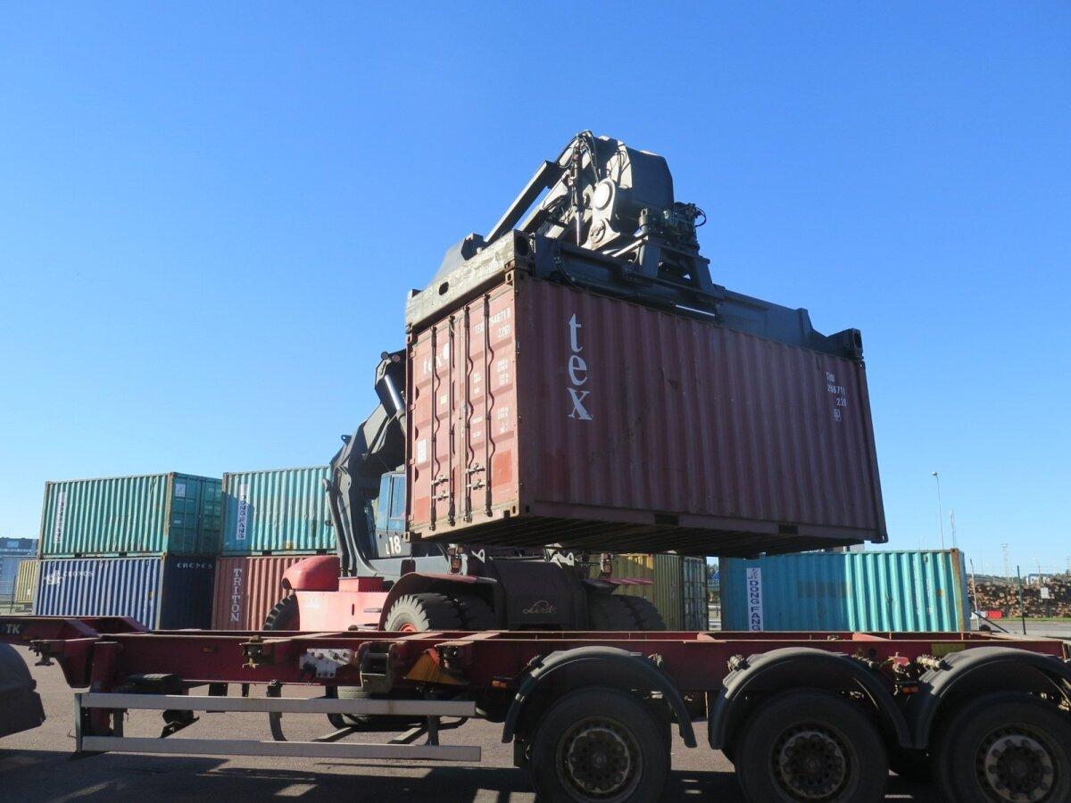 Tänavu kasutavad viljakaupmehed esimest korda Muuga sadama transiidikeskust. Konteiner laaditakse vilja täis ning see jääb ootama laeva saabumist.