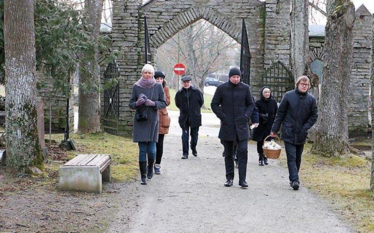 24. veebruari hommikul Jüri kalmistul küünalde süütamine
