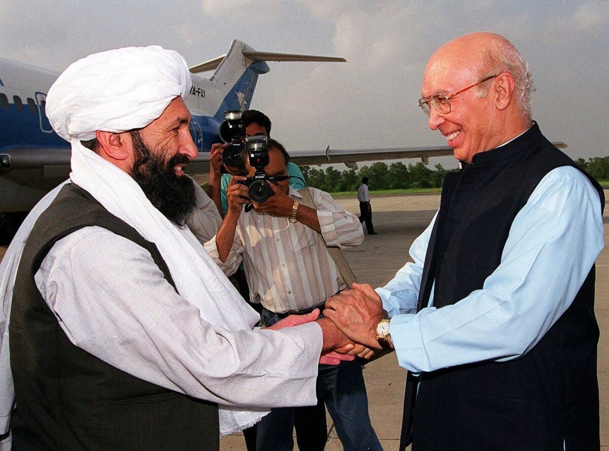 Mulla Hasan Akhund (vasakul) 1999. aastal Pakistani välisministri Sartaj Aziziga kohtumas