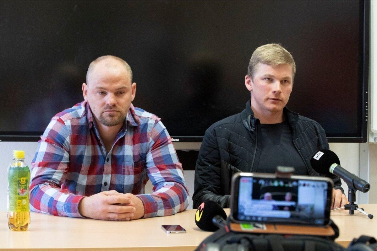 Anti Saarepuu ja Karel Tammjärve pressikonverents Seefeldis ning minu telefon seda Facebook Live'i jaoks üles võtmas.