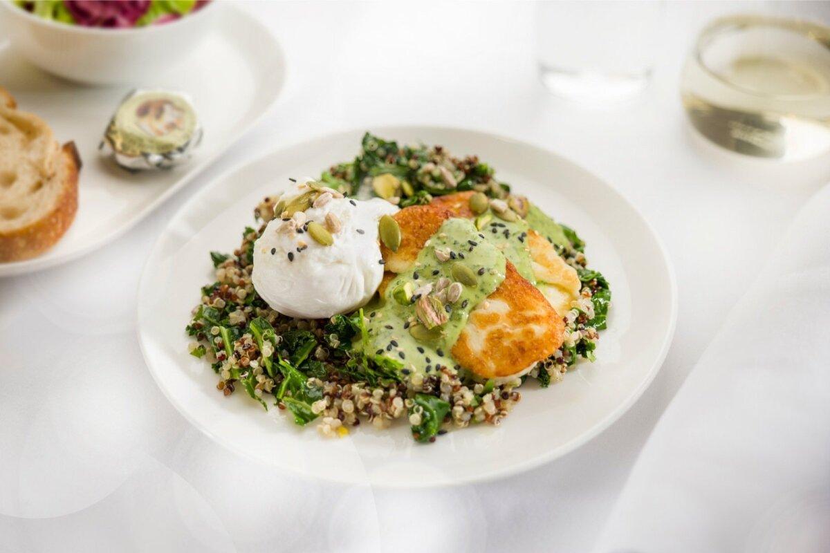 MENÜÜS: Pošeeritud muna lehtkapsa, halloumi juustu, pistaatsia pähklite, seemnete ja seesamiseemnekastmega.