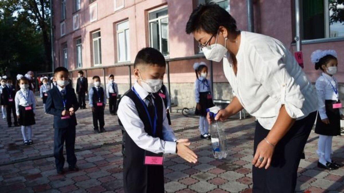 Первоклассники Кыргызстана соблюдают дистанцию во время линейки