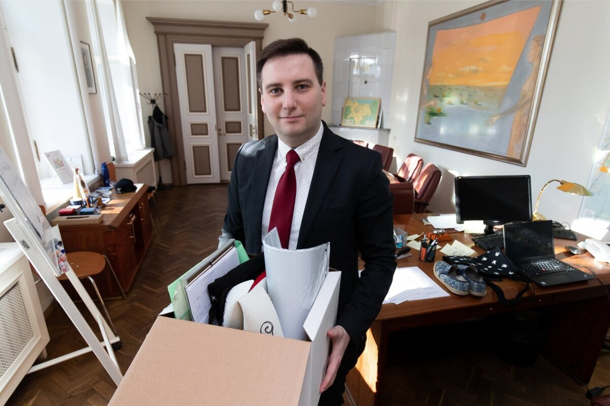 Tallinn, 20.03.2020. Vladimir Svet Kesklinna linnavalitsuses oma asju pakkimas ja telefoni teel suhtlemas Presidendi kantselei ametnikuga.