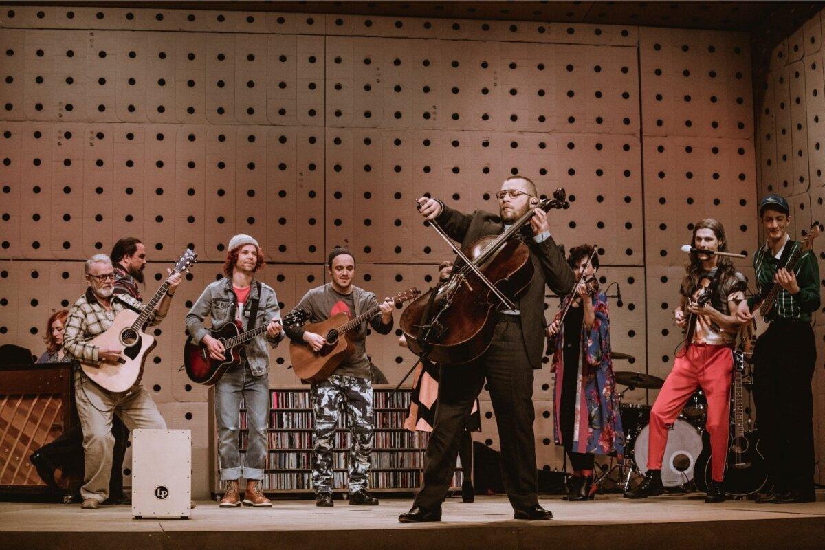 Armastuslugu ümbritseb näitlejatest ja muusikutest koosnev bänd, mille liikmed on samuti värvikad karakterid.