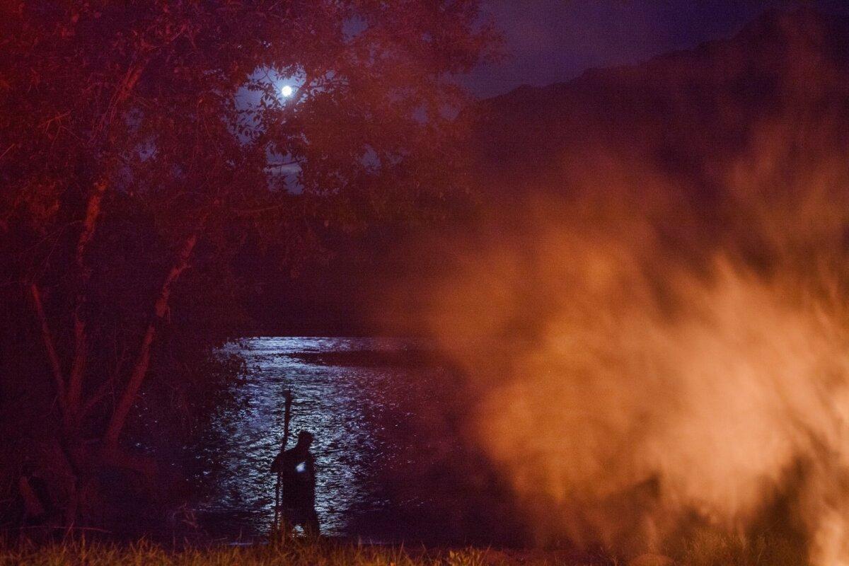 Venemaa, Altai vabariik, Tšuja trass, Katuni jõgiKatuni jõgiKatun on inimestele, kes selle kallastel sadu aastaid elanud on, püha jõgi. Altailased nimetavad seda jõge Kadõn-Suu, mis vanaturgi keeles tähendab valitsejannat, emandat. Nad teenivad ning jumalustavad teda vanadest aegadest, arvates, et ta on vaimude poolt asustatud. Jõega on seotud palju muistendeid ja pärimusi. Varasematel aegadel eksisteeris kohaliku elanikkonna seas keeld jões supelda, nad uskusid, et surnute hinged satuvad jõe vette kolmandal päeval pärast surma ning läbivad puhastuse sellega, et ületavad jõe ohtlikud ja rasked kärestikud.
