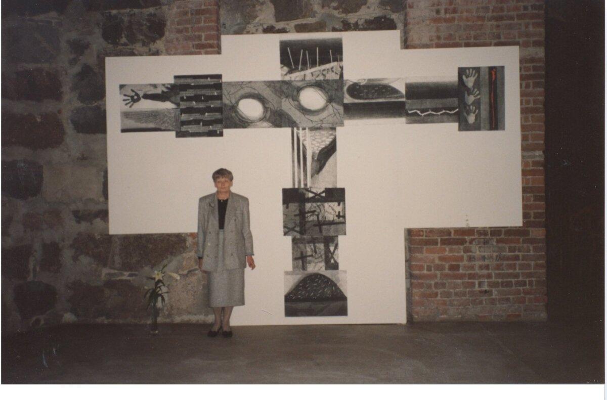 """Evi Tihemets koos oma teosega """"Rist"""" Helsingi Toomkirikus 1992. aastal."""