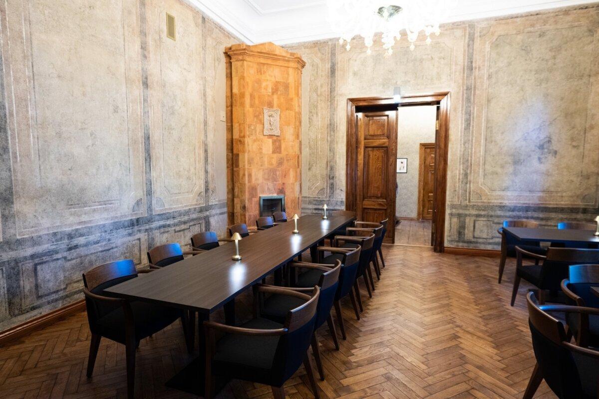 AVAR JA HELGE Interjööris on säilinud ajaloolisi detaile nagu massiivsed puidust uksed ja saali seinamaalingud. Schloss Fellini kolmel korrusel on praegu kokku 17 luksuslikku numbrituba.
