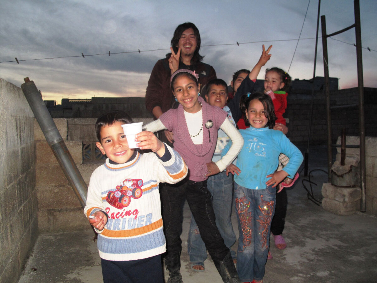 Yuji Miyata vahetult pärast seda, kui teda aitasid Süürias lapsed arestimajast välja