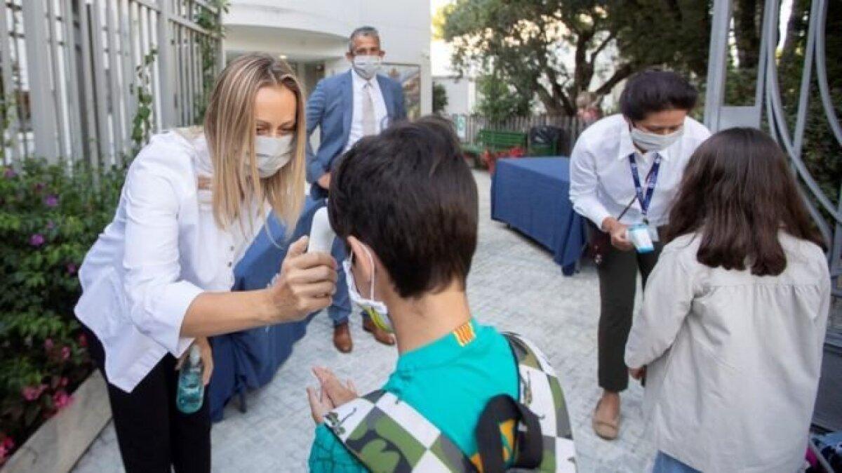 Температуру измеряют и на входе в частную Международную американскую школу в Барселоне