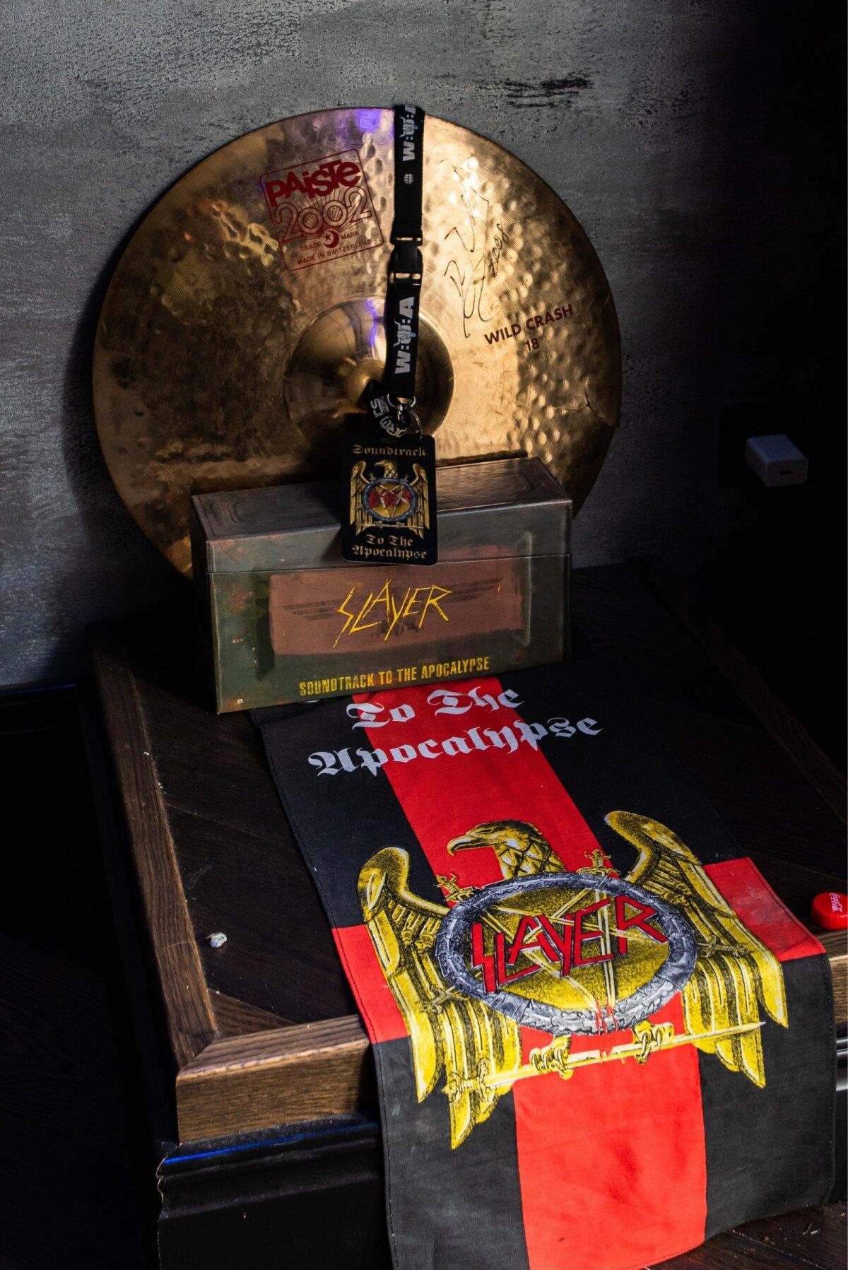 AUKOHAL on Marko trummi- ja muusikakuulamise toas Slayeri trummari Dave Lombardo kingitus talle – autogrammiga taldrik.