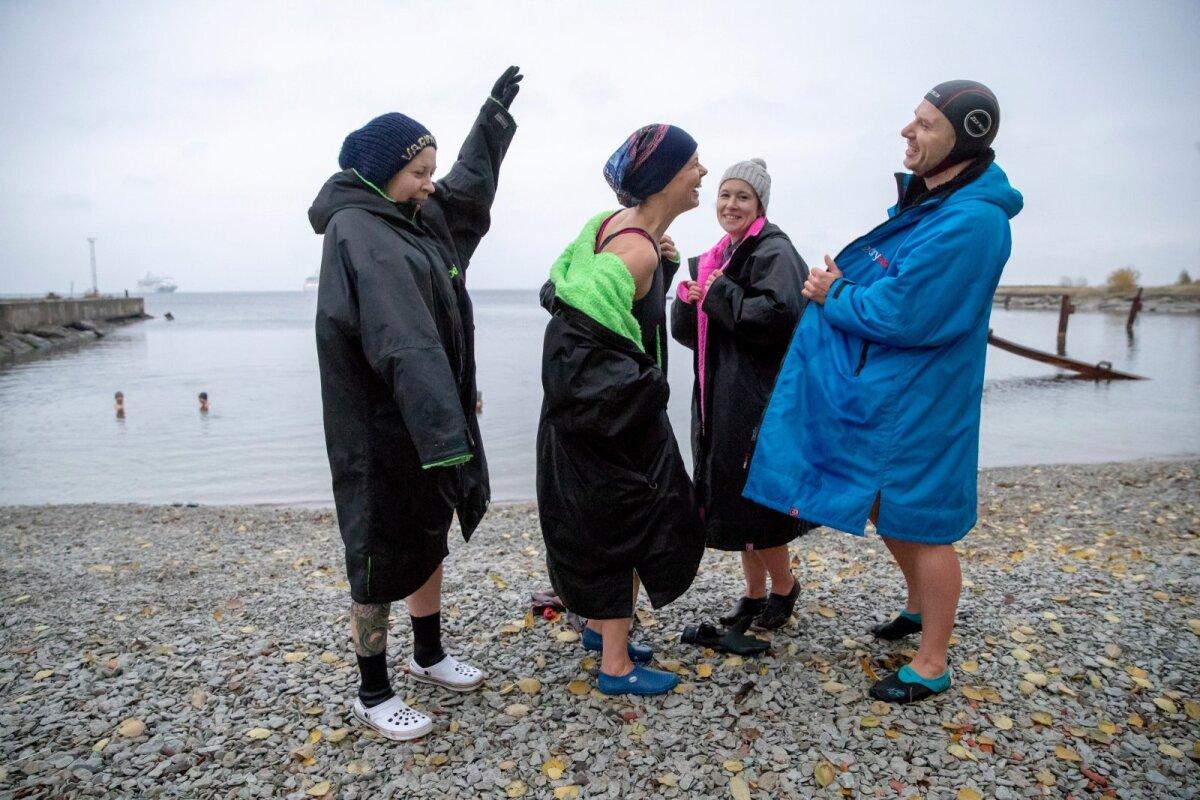 Dryrobe'id, mis on külma vee fännidel seljas, on paljude taliujujate (ja ka surfarite) varustuses. Hea ürp, suur nagu garderoob, kus sees on mõnus riideid vahetada. (Paremal on loo osaline Aivar Tugedam.)