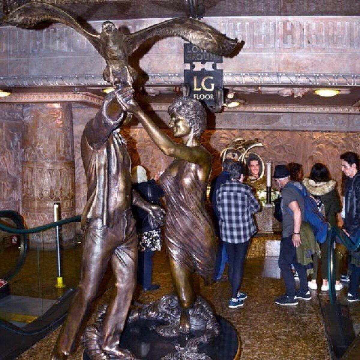 """Эта скульптура под названием """"Невинные жертвы"""" находилась в лондонском магазине Harrods с 2005 по 2018 год. Она изображает Диану и погибшего вместе с ней в автокатастрофе Доди Аль-Файеда."""