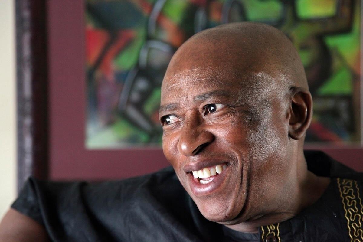 """Lõuna-aafriklase Zakes Mda (s 1948) nimi tähendab koosa keeles """"See-kes-toob-vihma"""" või """"See-kelle-toob-vihm"""". Noorena lõi ta isa eeskujul kaasa rahvuslikus vabadusvõitluses. Inglise keel sai tema loomekeeleks vahepeal Lesothos eksiilis elades. """"Suremise viisid"""" (eesti keelde tõlkinud Heili Sepp) oli Mda esimene romaan pärast näitekirjanikuna tegutsemist. Mda suudab märgata just aafriklaste argielu poeetikat."""