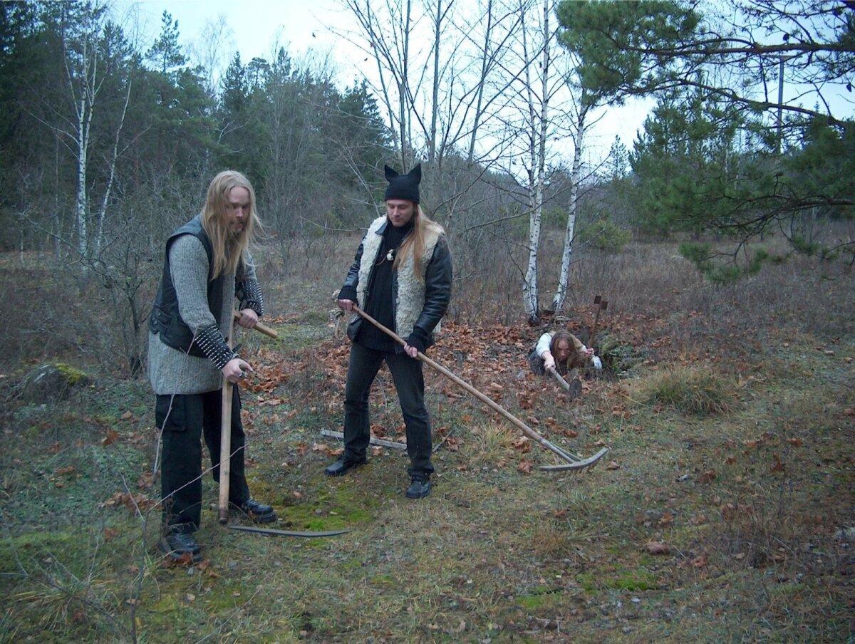 Metsatöll 2003. aasta sügisel väliõppustel – kuidas talitada, kui töötad heinamaal ja äketse kargab kase tagant välja vaenlane.