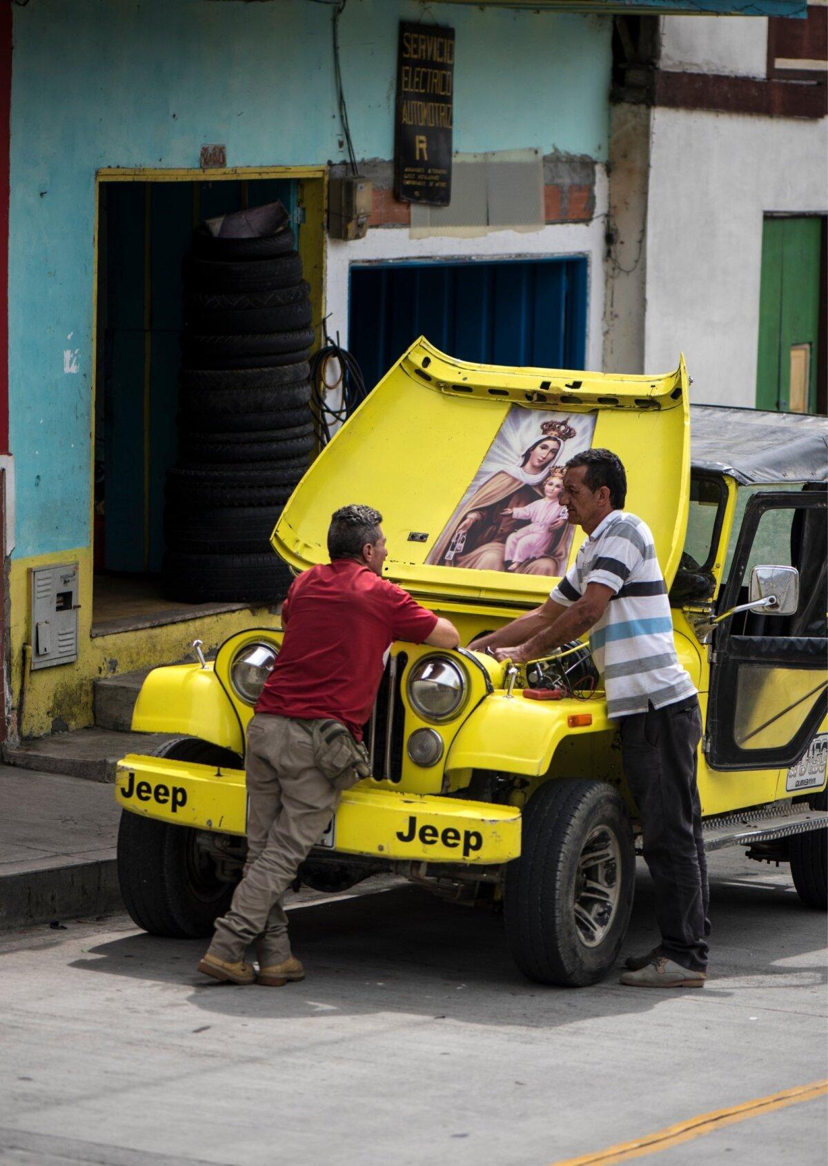 Transport mägikülade vahel käib vaprate autodega, mis juhi palvetele vaatamata vahel siiski järskudele nõlvadele alla annavad ja putitamist vajavad. Reisijate jaoks on sellisel hetkel alati läheduses mõni kohvik.