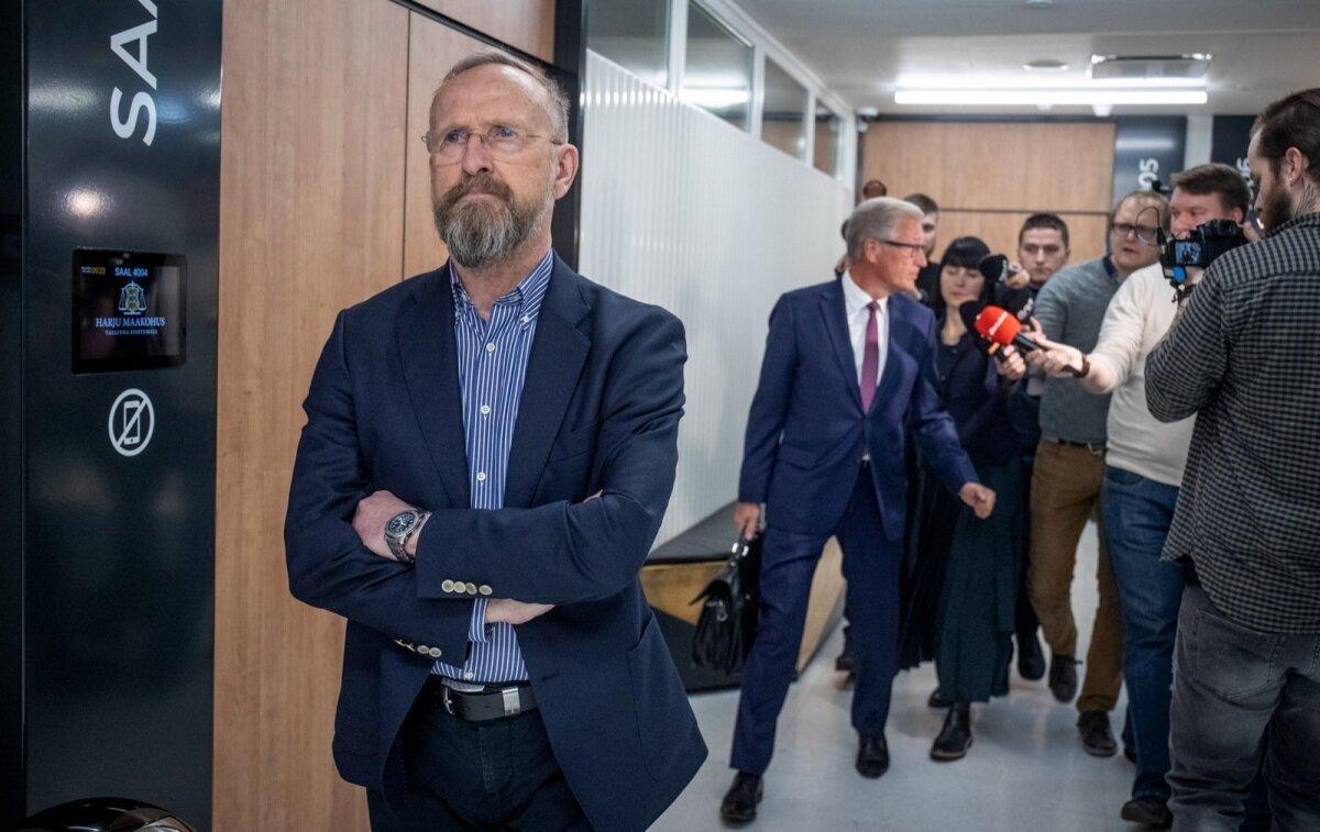 Rahvuskangelane kohtumajas. Mati Alaver ootab külma näoga, kuniks ajakirjanikud tema advokaadi Aivar Pilve piiramisrõngast vabastavad.