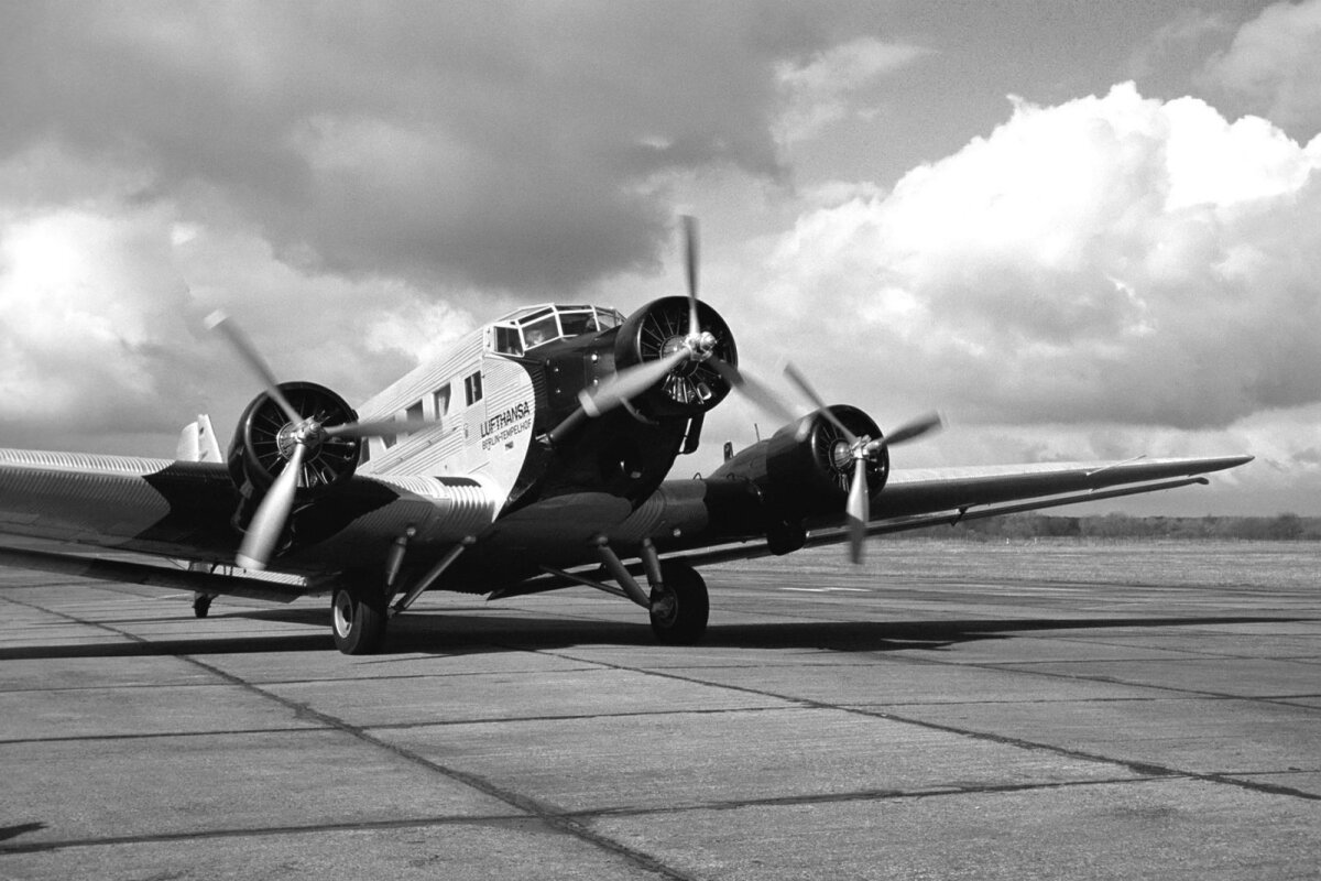 Junkers J-52 oli peamine lennuk Tallinna lennuväljal kolmekümnedate lõpus. Nendega lendasid Aero o/y, AB Aerotransport, Deruluft, Deutsche Lufthansa ja AGO. https://www.freunde-lufthansa-ju52.de/