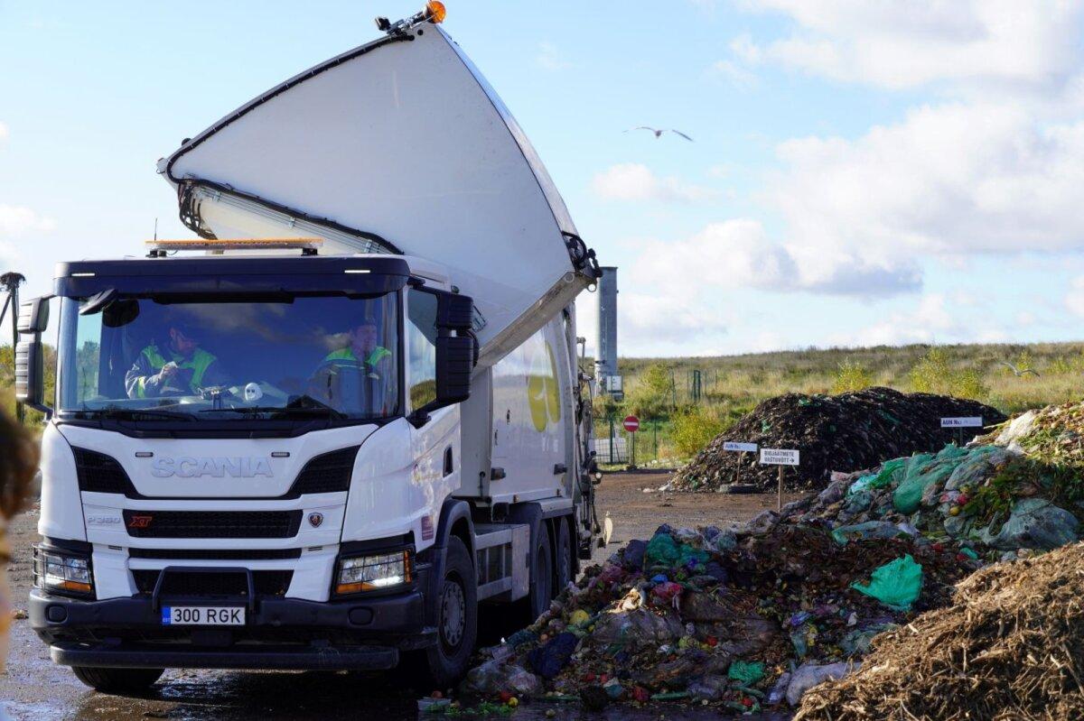 Kahe kambriga jäätmeveok mahutit tühjendamas. Tehases hakkab biojäätmete tühjendus toimuma ainult siseruumides.