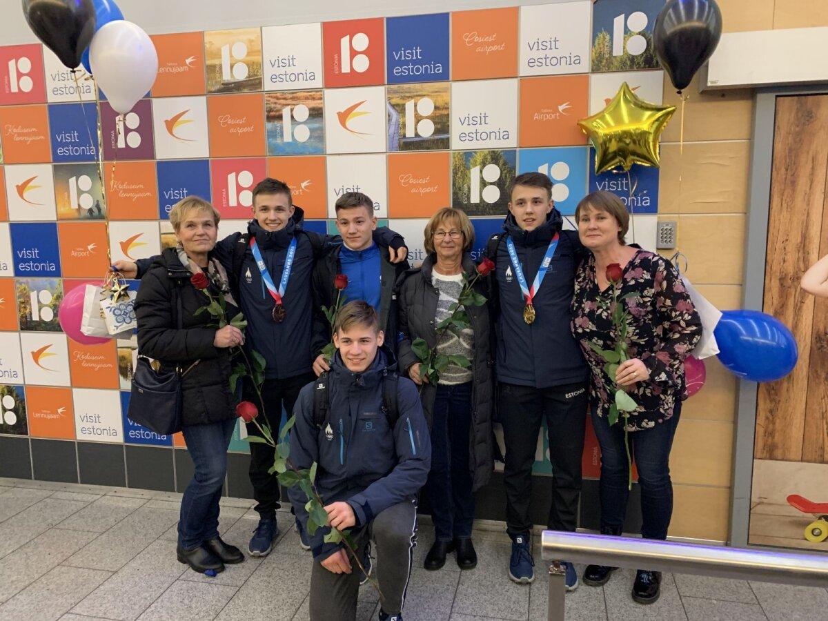 Tuule lasteaia õpetajad enda vilistlastega, kes esindasid Eestit edukalt noorteolümpial