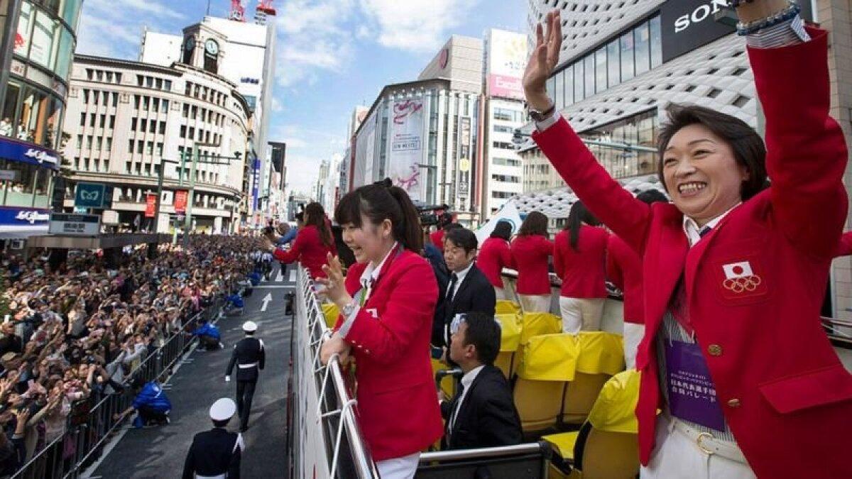Хасимото приветствует толпу в день парада японских медалистов после Олимиады в Рио. Она была главой делегации