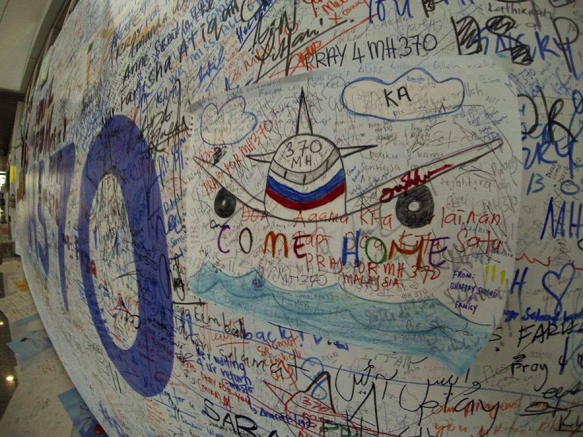 Mälestussein kadunud Malaisia lennukile.