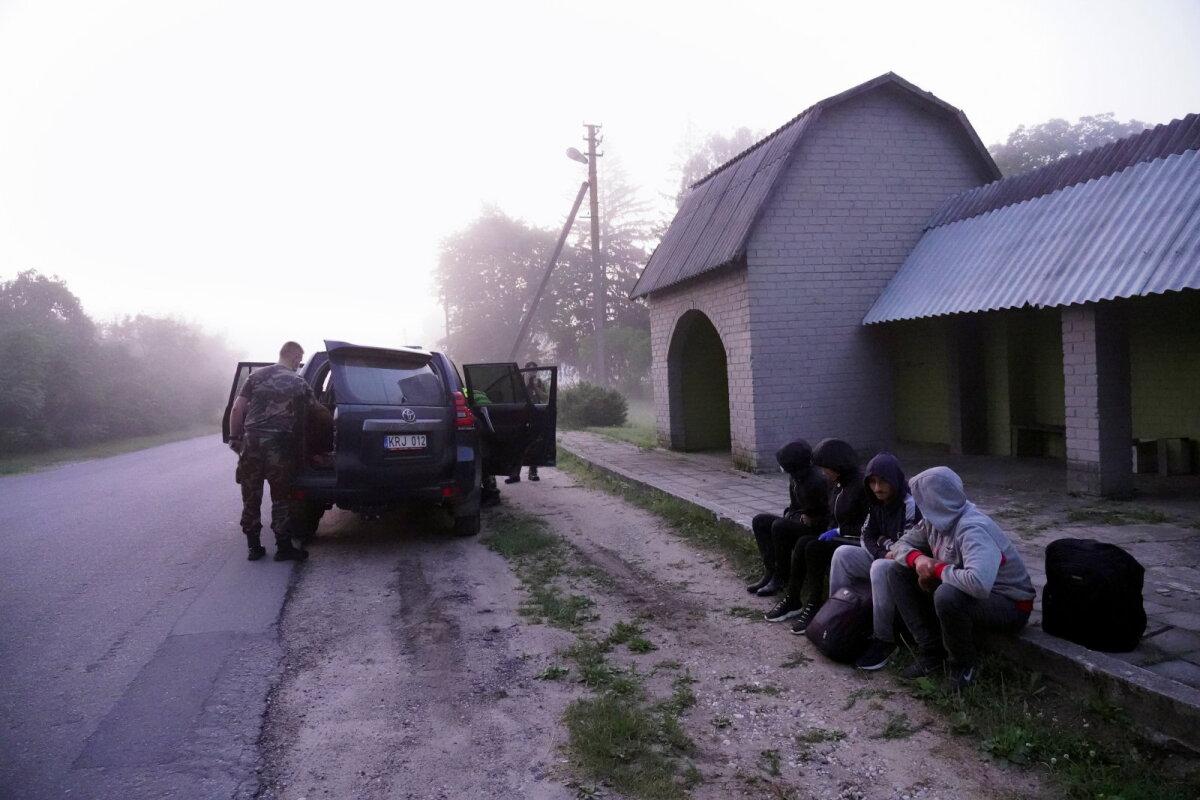 Leedu piirivalve koos kinni võetud illegaalsete piiriületajatega üleeile Kalviais.